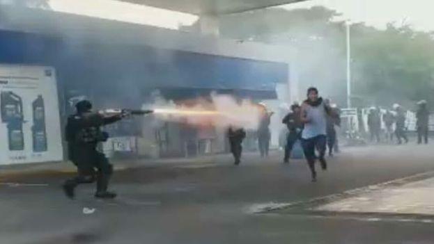 Los policías antidisturbios disolvieron las protestas con un exceso de dureza. (@hazellflores)