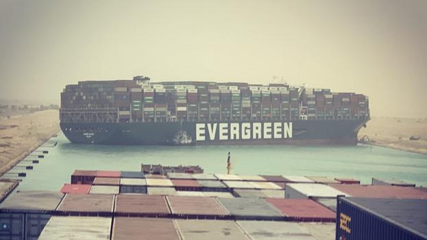 El buque portacontenedores de Evergreen atorado en el canal de Suez mide casi 400 metros de eslora. (IG/@fallenhearts17)