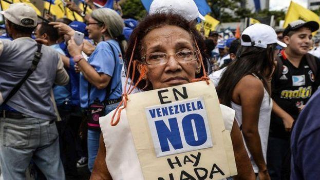 La escasez y los altos precios han obligado a los venezolanos a comer lo poco que hay y lo necesario. (EFE)