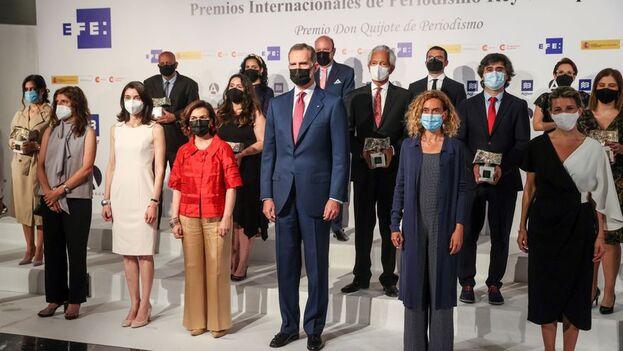 El rey de España, junto a las vicepresidentas del Gobierno y las presidentas de las Cortes, en la foto de familia con los premiados. (EFE)