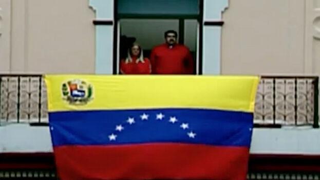 Al acto, de corte marcial y que comenzó con el tradicional ritual militar de disparar salvas de cañón, se sumó, desde un balcón del palacio presidencial de Miraflores, Nicolás Maduro. (Captura)