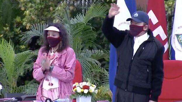 La pareja presidencial apareció con mascarilla este domingo. (Captura)