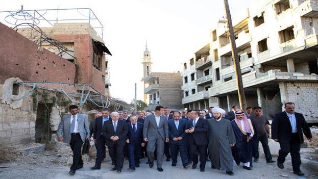 El presidente sirio, Bachar el Asad, este lunes en Daraya. (Sana)