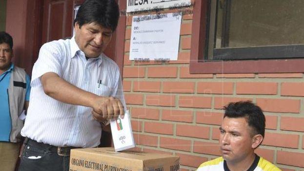 El presidente de Bolivia, Evo Morales vota este domingo en el referendo constitucional que le posibilitaría volver a postularse como presidente. (EFE)