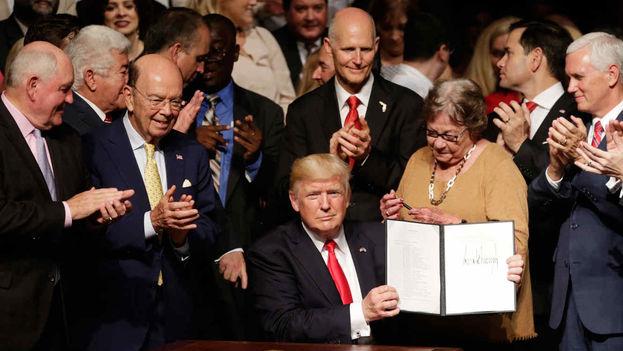 El presidente Donald Trump en compañía de exiliados cubanos en Miami. (EFE)