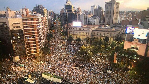 El actual presidente, Mauricio Macri, se dio un baño de masas a pesar de los sondeos adversos y llamó a sus seguidores a dar un vuelco a la previsión. (Macri)