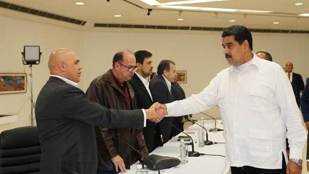 El presidente Nicolás Maduro saluda a la oposición antes del comienzo de la mesa de diálogo. (Prensa Presidencial)