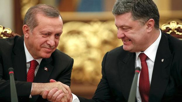 Wl presidente ucraniano (D) Petro Poroshenko estrecha la mano del presidente turco Tayyip Erdogan. (EFE)