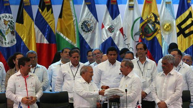 El presidente salvadoreño, Salvador Sánchez, recibe de parte del presidente dominicano, Danilo Medina, la presidencia rotativa y anual de la CELAC al finalizar la cumbre(EFE/Orlando Barría)