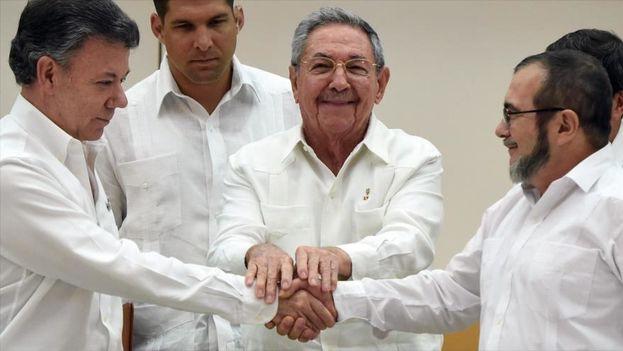 El presidente colombiano, Juan Manuel Santos (izq), el ex presidente de Cuba, Raúl Castro (centro), y Timoleon Jimenez, jefe negociador de las FARC en La Habana. (Archivo EFE)