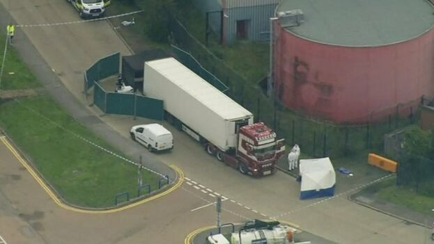 El camión ha tratado presuntamente de burlar los dos puertos más seguros del país, Dover y Calais. (EFE)