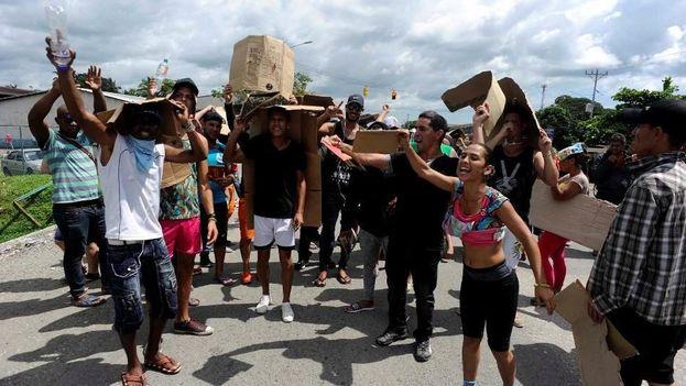 Un grupo de cubanos que pretendían cruzar de Panamá a Costa Rica el 13 de noviembre. (LA NACIÓN)