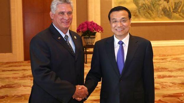 El primer ministro chino, Li Keqiang, y el primer vicepresidente cubano, Miguel Díaz-Canel. (Xinhua)