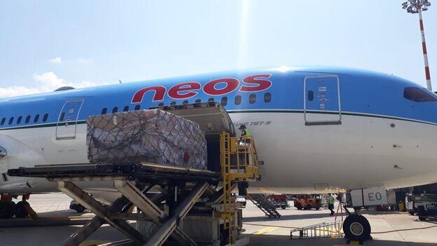 El primer envío salió desde el aeropuerto de Milán este lunes. (Cortesía)