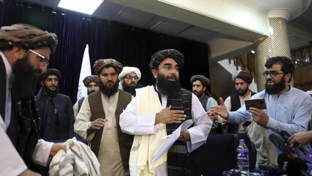 El principal portavoz talibán, Zabihulla Mujahid, primera vez en décadas se mostraba en público este martes. (EFE)