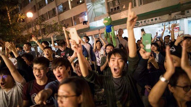 Los prodemócratas celebraron la victoria conseguida con un récord de participación. (EFE/EPA/CHAN CHEUNK FAI)