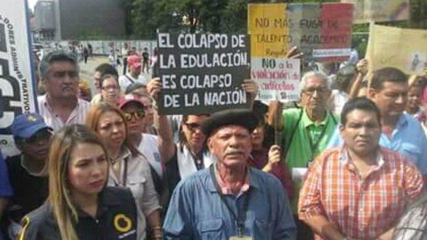 Los docentes salieron a la calle a reclamar por las promesas incumplidas del Gobierno en Educación, un sector más en crisis. (@FranciscoAbreu1)
