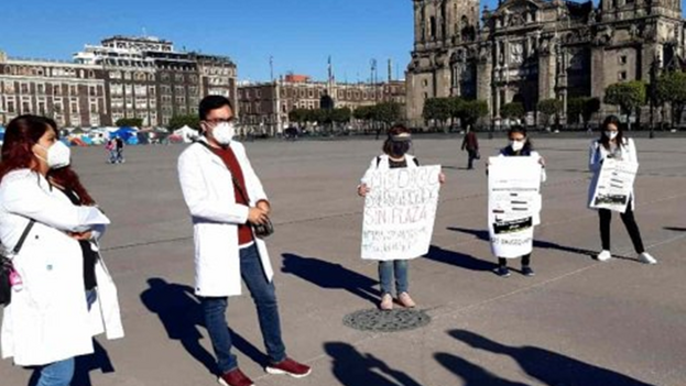 Los doctores protestaron este lunes en la plaza del Zócalo de Ciudad de México. (Excelsior)