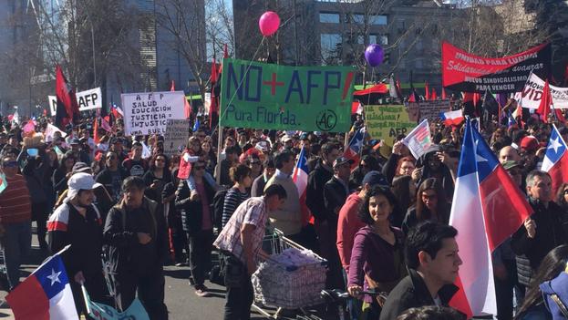 Las protestas en contran del AFP en Chile llevan realizándose hace días a lo largo del país. (Twitter/@mariseka)