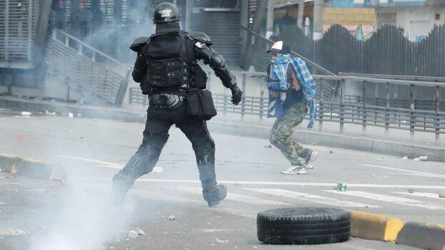 Las protestas en Colombia se cobraron un muerto este lunes. (EFE)