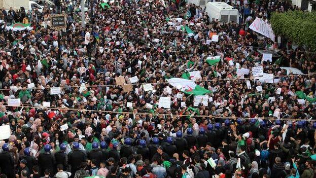 Las protestas son ya una marea popular en contra de la corrupción de un sistema clientelar dominado por el Ejército. (EFE)