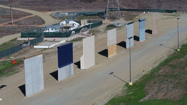 Uno de los prototipos de muro que Trump visitará para elegir personalmente cuál quiere en la frontera con México. (@Santiago_Arau)
