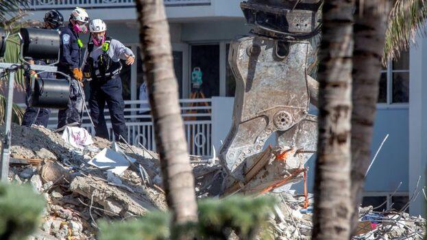 Con los dos cuerpos hallados este viernes por los rescatistas la cifra provisional de desaparecidos en el derrumbe de Surfside queda en 126. (EFE/EPA/Cristóbal Herrera-Ulashkevich)