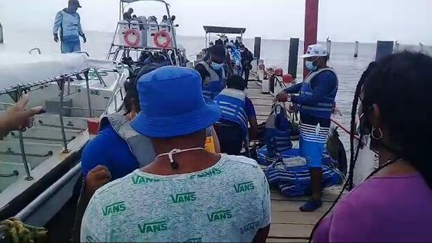 """""""Han estado saliendo muchas lanchas ilegales, pero nosotros no tenemos dinero para pagarlas, por lo que nos tocó quedarnos en la playa"""", dice un migrante cubano en Colombia, a la espera de poder llegar a Panamá. (Captura)"""