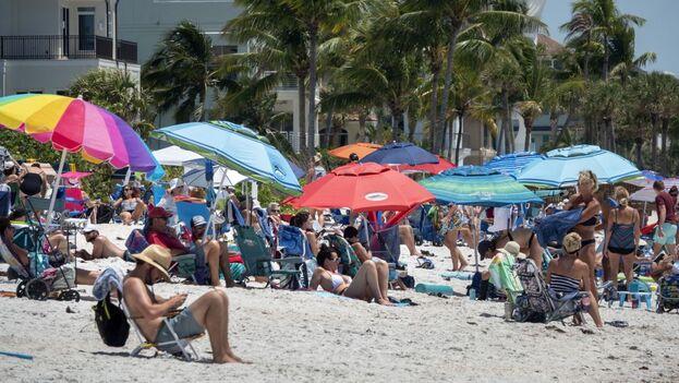 Las playas de la zona, eso sí, estaban rebosantes de gente deseosa de aprovechar un espectacular día de primavera. (EFE)