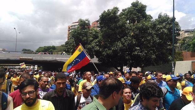 La oposición hizo un recorrido aproximado de cuatro kilómetros en 45 minutos, siguiendo el paso de Capriles. (@RevocaloYa)