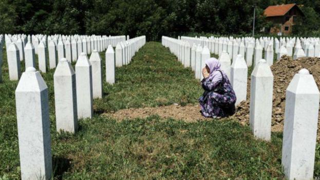 Una madre recuerda a su hijo en el monumento y cementerio para las víctimas de Srebrenica.