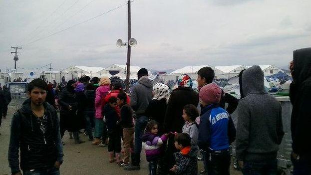 Los refugiados hacen cola para recibir una ración de comida en el campo de Idomeni. (Médicos sin Fronteras)