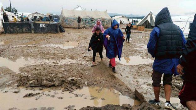 Los refugiados han sobrevivido de forma precaria en el campamento de Idomeni para evitar ir a centros de detención. (@OlaHelle)