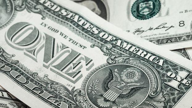 Uno de los cambios más relevantes consiste en facilitar el uso del dólar en algunas transacciones que involucran a ciudadanos o entidades cubanas. (CC)
