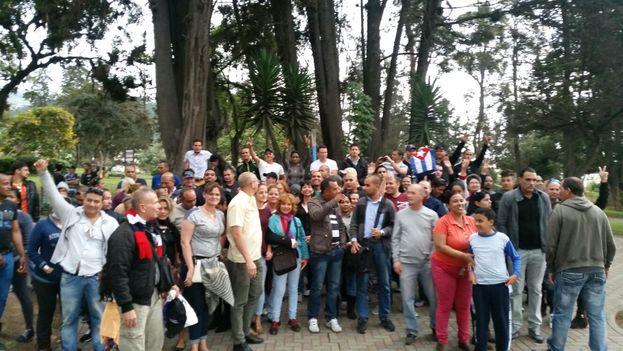 Un grupo de cubanos residentes en Ecuador se reunieron en el parque Inglés para reivindicar sus derechos. (Facebook)