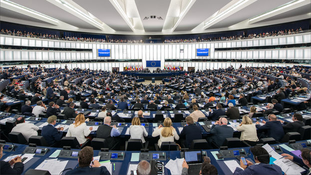 La resolución del Parlamento Europeo fue aprobada por 325 votos a favor, 240 en contra y 44 abstenciones. (europarl.europa.eu)