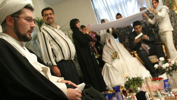 Las restricciones socioculturales y la religión en Irán obligan al casamiento, pero los problemas económicos lo dificultan. (EFE)