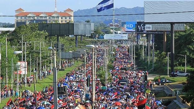 Los sandinistas con sus cánticos revolucionarios, sus bailes al son de la música y sus habituales consignas, caminaron varios kilómetros hasta llegar a su meta en la Rotonda Hugo Chávez. (EFE)