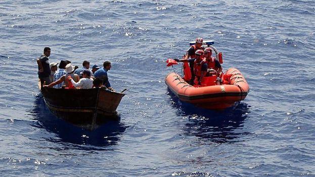 Un grupo de trece inmigrantes que navegaba en una rudimentaria y pequeña embarcación fue interceptado hoy cerca de la costa de Dania Beach. (EFE)
