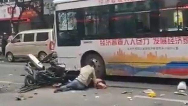 Un hombre armado con un cuchillo secuestró el ómnibus en la provincia suroriental china de Fujian. (Captura)