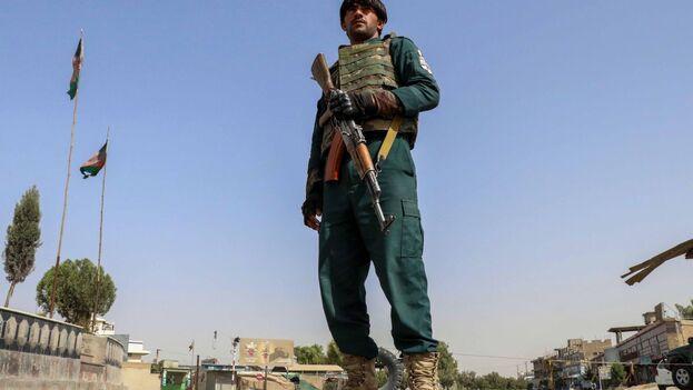 Un oficial de seguridad afgano  en un punto de control en Kandahar este jueves. (EFE/EPA/M SADIQ)