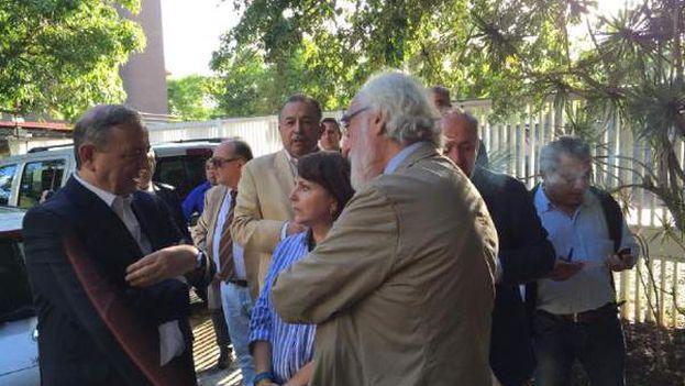 El grupo de senadores españoles hablan con la esposa de Antonio Ledezma antes de entrar a visitarle. (@alcaldeledezma)