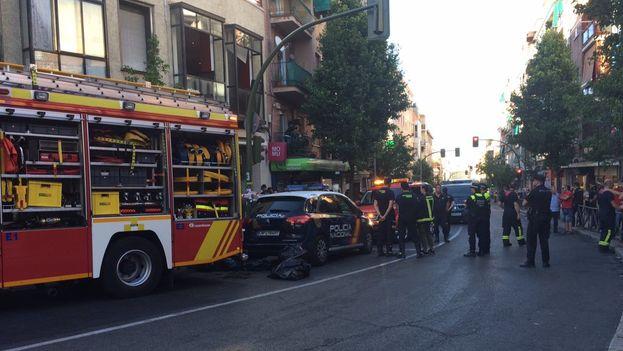Los servicios de emergencias acudieron al edificio alertados de un supuesto incendio, pero encontraron un triple asesinato. (@EmergenciasMad)