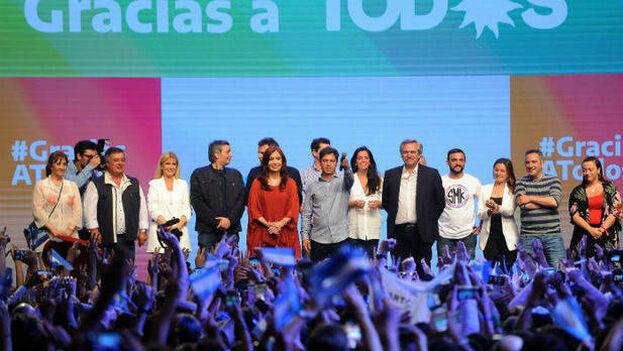 Durante la celebración de su triunfo ante miles de simpatizantes, los Fernández también reconocieron a Morales como mandatario reelegido y reclamaron la libertad de Lula. (EFE)