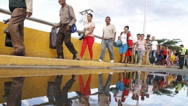 La situación empuja a emigrar en busca de mejores condiciones, así como han hecho 5,4 millones de venezolanos en los últimos años, según ACNUR. (EFE)