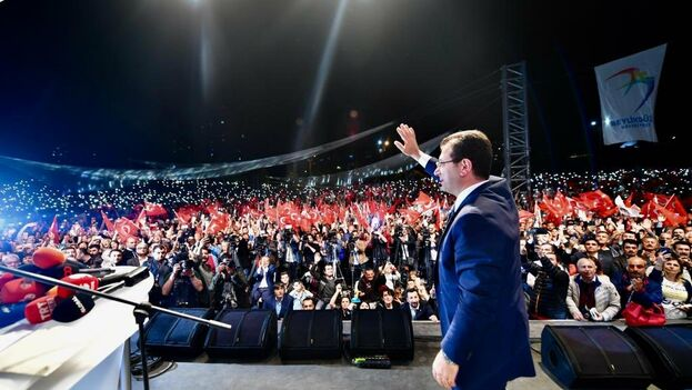El líder socialdemócrata Ekrem Imamoglu, que ha dejado de ser virtualmente alcalde, ha pedido a sus seguidores que no se rindan. (@ekrem_imamoglu)