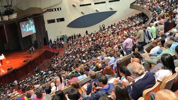 """La sociedad civil antichavista se concentró bajo el lema """"Venezuela no se rinde"""". (@liliantintori)"""