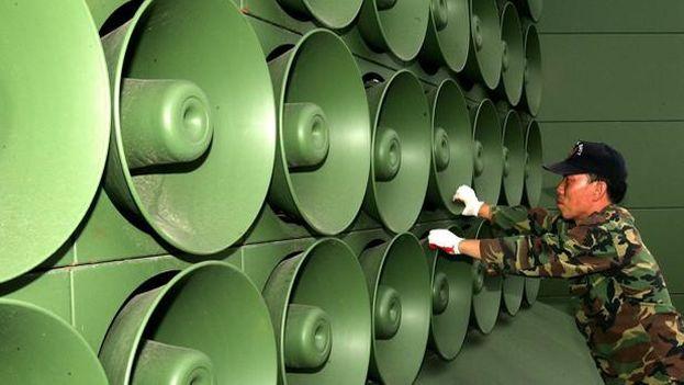 Un soldado de Corea de Sur apaga el sonido de los amplificadores. (EFE)