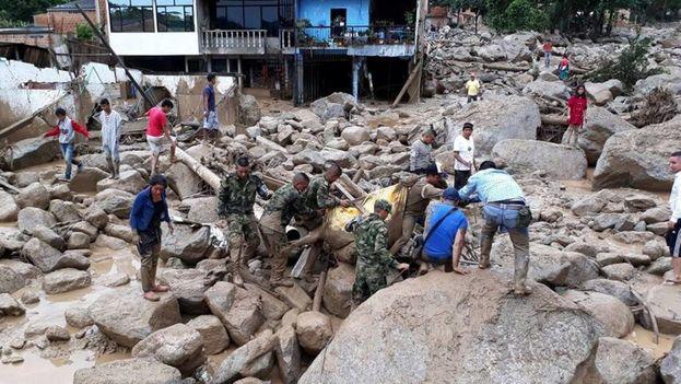Un grupo de soldados colombianos tratan de evacuar a una víctima en Mocoa, Colombia. (EFE)
