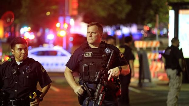 La policía negocia con uno de los sospechosos de haber disparando contra 11 agentes, matando a 5 de ellos, en el transcurso de una manifestación en protesta por la violencia policial. (EFE)
